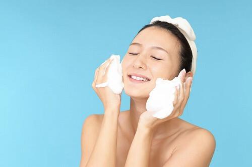 モコモコの泡で洗顔する女性