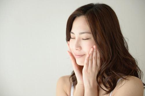 美容液でスキンケアをする女性