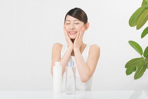 化粧水で保湿ケアをする女性