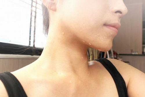 顔に分泌された汗や皮脂