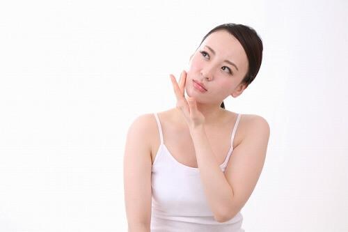 乳液とクリームの違いについて考える女性